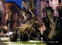 La bella fontana di Piazza Archimede, del Moschetti, è incentrata sul mito della ninfa Aretusa che, immergendosi nel fiume, venne sorpresa dal pastore Alfeo, che se ne innamorò perdutamente. La giovane ancella chiese soccorso ad Artemide che, impietosita, per sottrarla ad Alfeo la tramutò in fonte presso l'isola di Ortigia, mentre Alfeo fu trasformato in fiume.  - Siracusa (2573 clic)