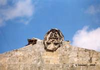 Fregio su edificio di fronte a chiesa di San Paolo  - Palazzolo acreide (1500 clic)