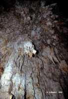 Bella grotta carsica, ricca di stalattiti,  stalagmiti e colonne calcitiche, in territorio di Floridia.  - Floridia (6281 clic)