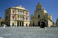 Panoramica della piazza Umberto I. Il Municipio e la Chiesa Madre su uno degli angoli dell'esagono.  - Grammichele (4630 clic)
