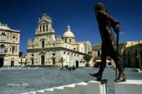 La Chiesa Madre e, in primo piano, il monumento al Principe Carlo Maria Carafa Branciforti.  - Grammichele (5951 clic)