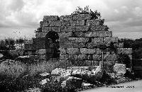 Resti delle mura difensive Dionigiane, nei pressi del Castello Eurialo, via Epipoli verso Belvedere.  - Siracusa (4327 clic)