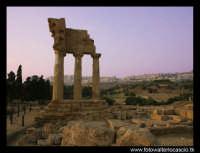 Tempio di Castore e Polluce. Sullo sfondo, la città di Agrigento.  - Agrigento (4456 clic)
