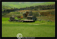 Resuttano. Castello di Resuttano. I suoi resti si possono osservare nella piana in cui il fiume Imera si distende dopo la sua discesa dai vicini colli madoniti. Dista dall'abitato di Resuttano circa 4 Km. - Reportage sui Castelli della Provincia di Caltanissetta -  - Resuttano (4398 clic)
