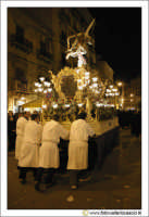 Caltanissetta: Settimana Santa. Giovedì Santo. Ragazzi fedeli che spingono la vara La sacra Urna. Corso Vittorio Emanuele.  - Caltanissetta (2861 clic)