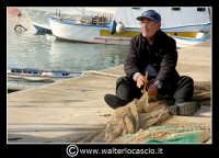 Licata : Porto di Licata. Anziano pescatore, ripara la rete. Foto Walter Lo Cascio www.walterlocascio.it   - Licata (6318 clic)