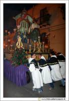 Caltanissetta: Settimana Santa. Giovedì Santo. Ragazzi fedeli che spingono una vara. Tre spingono, e