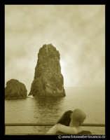 Acitrezza: Due innamorati che gurdano il panorama marino.  - Aci trezza (4438 clic)