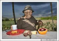Agira: Ritratto a Don Orazio #3. UN pranzo tipicamente siciliano: Pasta a forno, bichiere di vino, pane di casa, salame e arancia rossa di sicilia.  - Agira (2255 clic)
