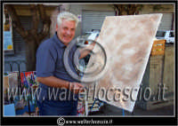 Leonforte. Sagra della Pesca tardiva. Edizione 2006. Il Pittore Signor Porrino esegue un quadro per strada.  - Leonforte (1927 clic)