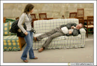 Cerda: Sagra del Carciofo 25 Aprile 2005. Riposino pomeridiano sui divani in vendita alla fiera.  - Cerda (4157 clic)