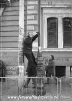 Non si sa per quale ragione quest'uomo abbia preferito telefonare in quella posizione, comunque è certo, che le fissazioni dell'uomo sono tante, e quando queste fissazioni, si riescono ad immortalare in uno scatto fotografico la soddisfazione è grande!  - Palermo (4555 clic)