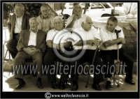 Leonforte. Sagra della Pesca tardiva. Edizione 2006. Anziani per strada. Foto di Leonforte, comune di Leonforte.  - Leonforte (3088 clic)