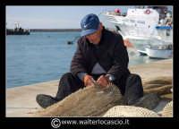 Licata : Porto di Licata. Anziano pescatore ripara la rete. Foto Walter Lo Cascio www.walterlocascio.it   - Licata (6906 clic)
