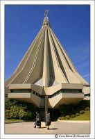 Siracusa. Il Santuario è un edificio straordinariamente vasto ed imponente nella sua massiccia struttura di cemento armato (22.000 quintali). La superficie totale è di mq. 4.700, con una capienza di circa 11.000 persone. È stato progettato, per la parte architettonica, da M Audrault e P. Parat di Parigi, e , per la parte strutturale, da R. Morandi di Roma.     - Siracusa (1864 clic)