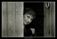 Leonforte.  Anziana mi guarda incuriosita davanti l'uscio di casa. Foto di Leonforte, comune di Leonforte.  - Leonforte (2216 clic)