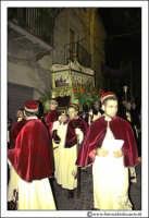 Agira: Venerdì Santo. Alcuni Fedeli trasportano a spalla la Sacra Urna di Nostro Signore Gesù Cristo, per le Vie del Paese.  - Agira (3042 clic)