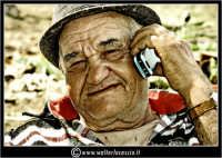 Agira. Don Orazio con cellulare.  - Agira (1471 clic)