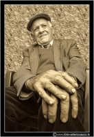Cerda: Sagra del Carciofo 25 Aprile 2005. Mani di contadino. Cerda 2005. Queste mani in passato, ne hanno svolto di lavoro...... (Seppiata).  - Cerda (3502 clic)
