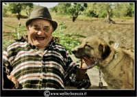 Agira. Don Orazio fa fumare il suo sigaro, al suo cane. Il cane aspirava il fumo!!!  - Agira (2044 clic)