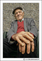 Cerda: Sagra del Carciofo 25 Aprile 2005. Mani di contadino. Cerda 2005. Queste mani in passato, ne hanno svolto di lavoro...... (Color). www.walterlocascio.it Walter Lo Cascio  - Cerda (4277 clic)
