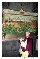 Agira: Venerdì Santo. Un Fedele trasporta a spalla la Sacra Urna Di Gesù Cristo.  - Agira (3077 clic)