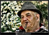 Agira. Don Orazio fuma il suo sugaro, seduto in guardino.  - Agira (2130 clic)