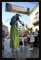 Leonforte.  Sagra della pesca tardiva di Leonforte. Giocoliere sui trampoli, prepara i palloncini per i bambini.  - Leonforte (2250 clic)