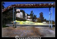 Caltanissetta: Miniera Trabonella. Reportage sulle miniere di zolfo di Caltanissetta.Vecchie attrezzature abbandonate. Zolfo  - Caltanissetta (2606 clic)