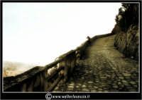 Sutera. Scorci del paese. Nebbia a Sutera. Un fotografo, in lontananza, fotografa il panorama.  - Sutera (2293 clic)