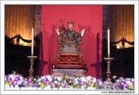Catania, Festa di Sant'Agata 2006. Duomo di Sant'Agata. Interno. Navata centrale. Sant'Agata è posizionata dietro l'altare, pronta per la lunga processione.  - Catania (2109 clic)
