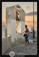 Sutera. Scorci del paese. La campana lungo il percorso ripido per raggiungere la Chiesa di San Paolino.  - Sutera (2613 clic)