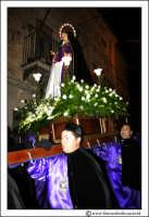 Agira: Venerdì Santo. Fedeli trasportano a spalla per le vie del PAese, la Statua dell'Addolorata.  - Agira (3855 clic)