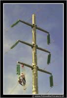 Caltanissetta: Operai dell'Enel durante la riparazione di un cavo dell'alta tensione, tranciato a causa della caduta di una gru in un cantiere.  - Caltanissetta (3335 clic)