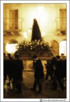 Agira: Venerdì Santo. Fedeli trasportano a spalla per le vie del Paese, la Statua dell'Addolorata. #3  - Agira (3603 clic)