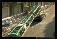 Caltanissetta: Una gru, in un cantiere edile, è caduta sopra un'automobile. Ha tranciato pure dei cavi dell'alta tensione. Perfortuna, nessun morto e nessun ferito.  - Caltanissetta (18520 clic)