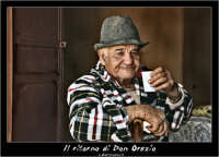Agira. Don Orazio brinda con un bicchiere di vino....  - Agira (2941 clic)