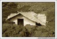 Nicolosi, Etna: Casetta sommersa dalla lava del vulcano.  - Nicolosi (7236 clic)