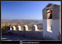 Sutera. Scorci del paese. La campana che si trova lungo il ripido percorso, per raggiungere la chiesa di San Paolino.  - Sutera (2401 clic)