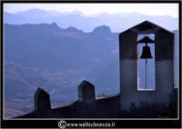 Sutera. Scorci del paese. La campana che si trova lungo il ripido percorso, per raggiungere la chiesa di San Paolino.  www.walterlocascio.it Walter Lo Cascio  - Sutera (2178 clic)