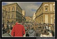 Caltanissetta: Piazza Garibaldi. 16 Novembre 2004. Folla in attesa dell'arrivo del Presidente della