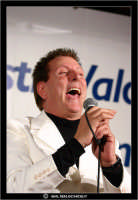 San Cataldo. Europark di Roccella. Il Cantante Nico dei Gabbiani durante una sua esibizione. #4  - San cataldo (1989 clic)