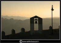 Sutera. La campana che si trova lungo il percorso ripido, per raggiungere la Chiesa di San Paolino.  - Sutera (1806 clic)