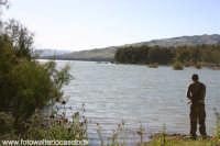 Lago di Pozzillo: Pescatore  - Regalbuto (3079 clic)