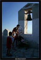 Sutera. La campana che si trova lungo il percorso ripido, per raggiungere la Chiesa di San Paolino.  - Sutera (2207 clic)