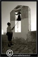 Sutera. La campana che si trova lungo il percorso ripido, per raggiungere la Chiesa di San Paolino.  - Sutera (1883 clic)
