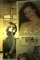 Ritrattista. un bravo ritrattista alle prese conun ritratto, nella piazzadi Taormina.  - Taormina (5109 clic)