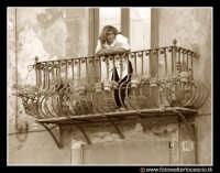 Palermo: Donna al balcone. PALERMO Walter Lo Cascio