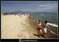 Catania, Spiaggia e bagnanti. Bellezze al bagno. Sullo sfondo l'Etna fumante.  - Catania (3047 clic)