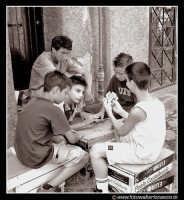 Palermo: Via dell'Orologio. Bambini che giocano a carte. Mi ha colpito molto l'espressione dei giocatori, e del ragazzino che è rimasto escluso dal gioco.  - Palermo (6572 clic)